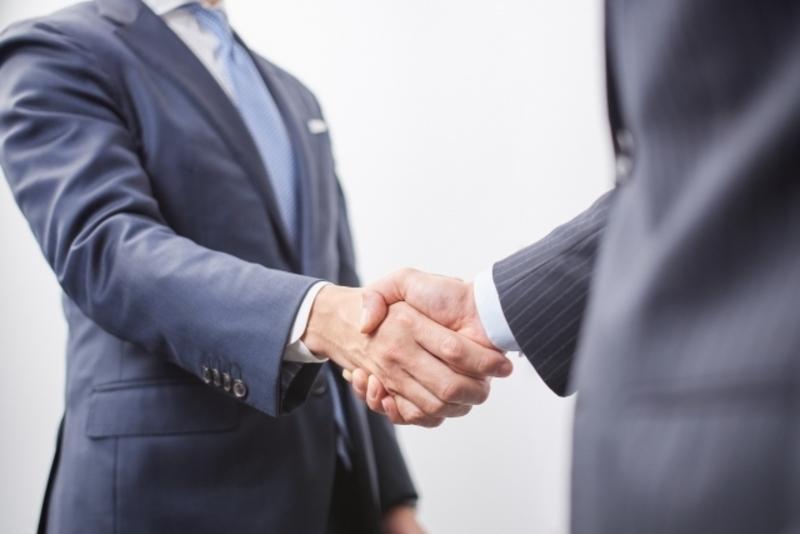 契約締結となったお客様と握手する男性
